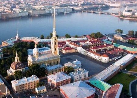 Петропавловская крепость, в центре шпиль Петропавловского собора