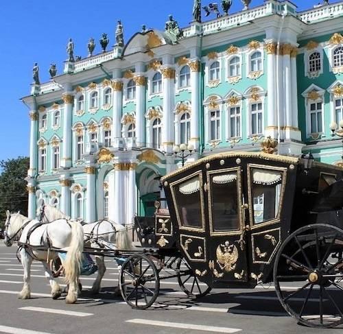 Эрмитаж и карета, на которой можно совершить экскурсию в прошлое