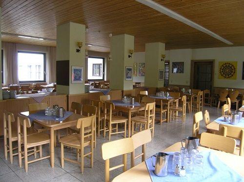 Школьная столовая напоминает кафе