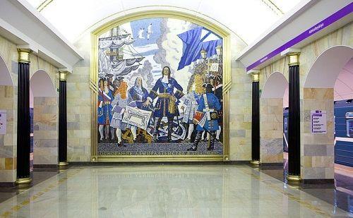 Внизу на станции метро Адмиралтейская