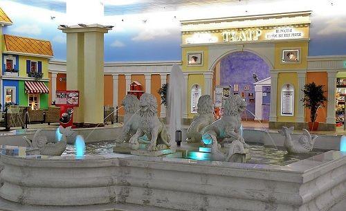 Фонтан на площади Дивного города перед входом в Театр Плоды Просвещения