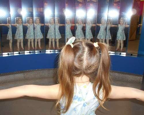 """ЛабиринтУм - интерактвный музей занимательной науки расположен по адресу: ул. Льва Толстого, д. 9А (в Бизнес-центре """"Толстой сквер"""" на 6 эт.), рядом с метро """"Петроградская"""""""