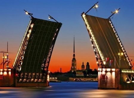 Разведение мостов в белые ночи, с подсветкой - это яркое зрелище сильно впечатляет