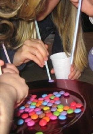 Перетаскивание конфет с помощью трубочек для сока