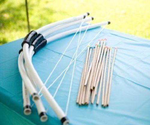 Самодельный лук со стрелами из трубочек для сока